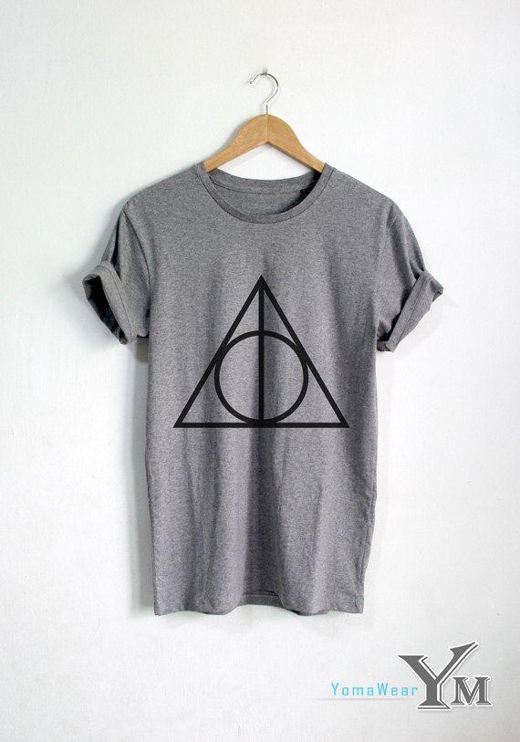 Te koop: Deathly Hallows shirt Harry Potter t shirt Harry Potter kleding Unisex tshirt tumblr shirts  Welkom bij YomaWear  ONZE MATEN SHIRT::  in CM S:: lengte 90 cm (ronde borst) de borst 68 cm M:: borst 100 cm (ronde borst) lengte 72 cm L:: borst 110 cm (ronde borst) lengte 75 cm XL:: Borst 120 cm (ronde borst) lengte 77 cm  in Inch S:: borst 36 inch lengte 27 inch M:: borst 40 inch lengte 28 inch L:: borst 44 inch lengte 30 inch XL:: Borst 48 inch lengte 31 inch TRANSPORTTIJD:  YomaWear…