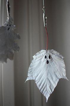 Enkelt halloweenpyssel: Måla spöken på löv