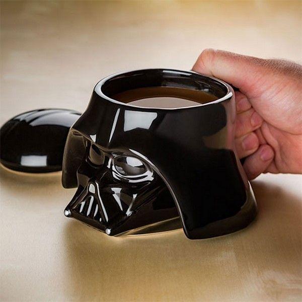 Despierta cada mañana tomando un café en esta taza con forma de casco de Darth Vader