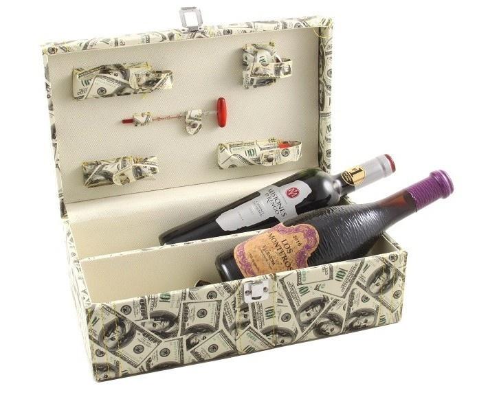 Oferă persoanei dragi un cadou menit să dezvăluie toate secretele vinului, punându-i la dispoziţie instrumentele necesare unei savurări ireproşabile, alături de două sticle de vin de calitate.