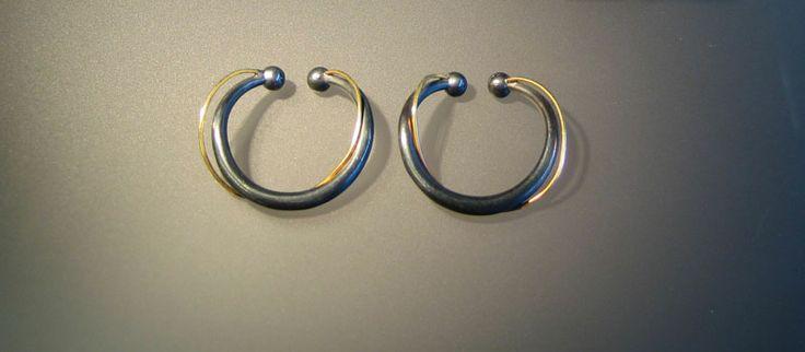 RING MED KURVE V 3 Sort sølv og 18 kt guld Til ører uden huller