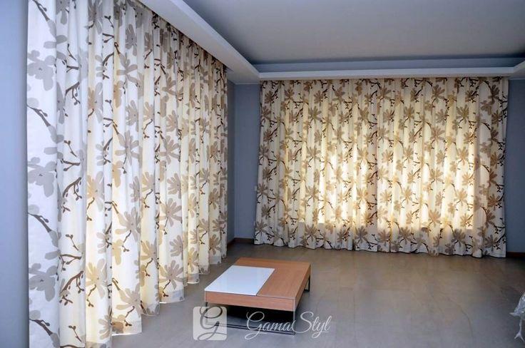 Zasłony w duże kwiatowe wzory w salonie domku letniego na mazurach. Zasłony wykonane z tkaniny bawełnianej na podszewce która chroni tkaninę przed promieniami słońca.dekoracja okien, tkaniny zasłonowe, dekoracje okienne warszawa