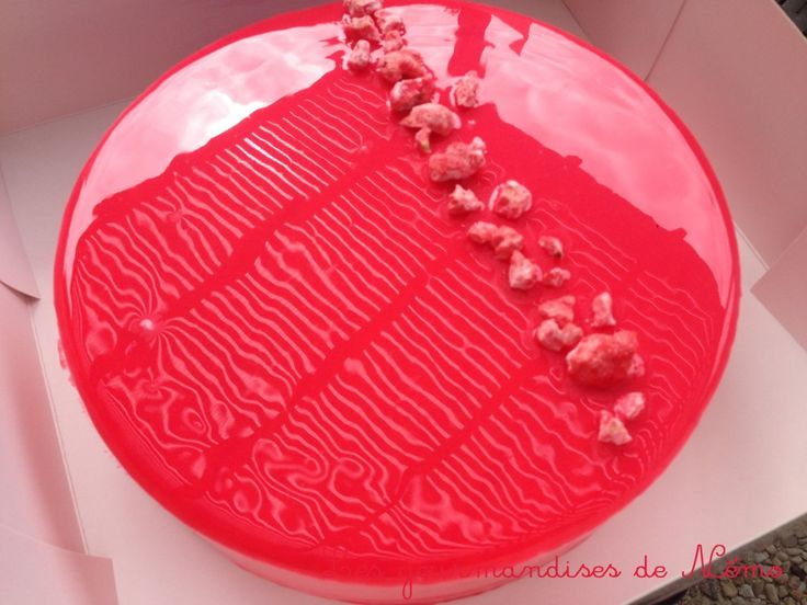 Entremet mousse fraise, insert crémeux citron et glaçage miroir rose