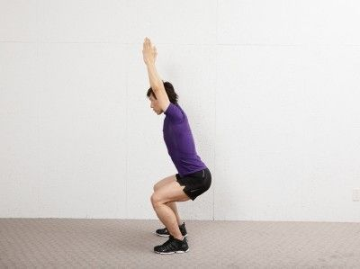 「腕上げスクワット」は、下半身だけでなく背筋にも負荷を加えられる