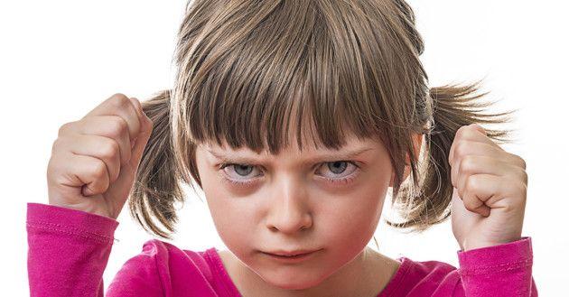 Mi hijo es grosero y me desafía ¿cómo debo reaccionar: Lo castigo, lo regaño, o lo dejo pasar?