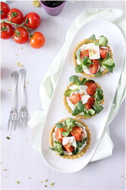 Tartelettes aux fromages frais, tomates cocktail et mâche