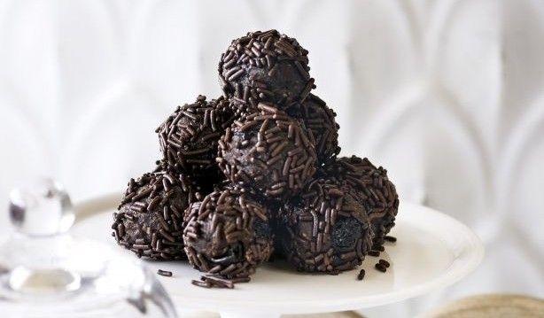 Τρουφάκια σοκολατένια με μπισκότα πτι μπερ και ζαχαρούχο γάλα από το Sintayes.gr!
