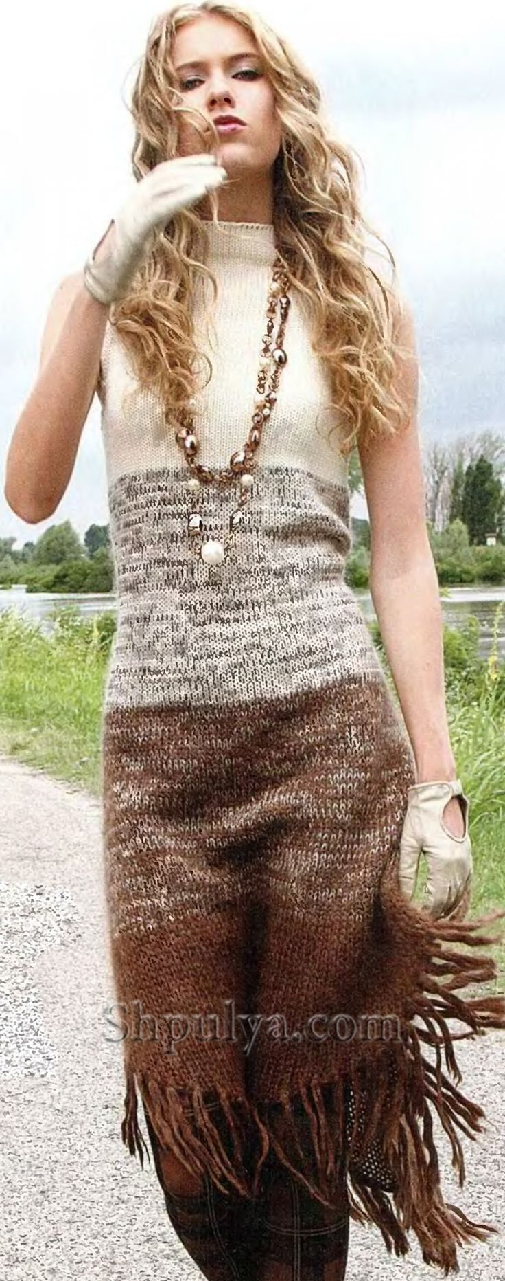 Вязаное платье с бахромой спицами