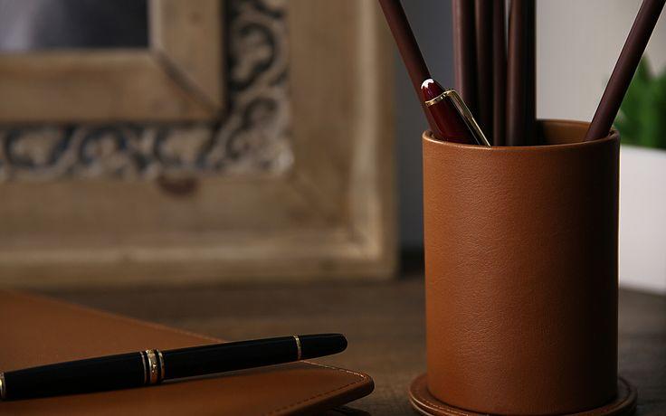 Découvrez la gamme des pots à stylos en cuir naturel de Lucrin de forme carrée ou ovale.Bien entendu, ces articles sont à marier avec notre immense collection d'accessoires de bureau comme un sous-main, tapis de souris ou porte-lettres.