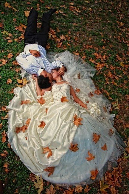 The wonderful setting of the #FalkirkEstate can make this wedding photo come to life. #Fall #Wedding #Photo #Ideas #FalkirkEstate #HudsonValleyWeddings