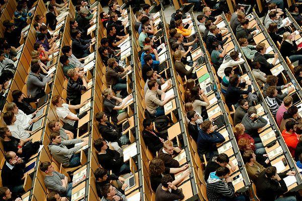 """Lebenslanges Lernen mit Gratis-Kursen im Web  MOOCs. Mit """"iMoox"""" kann ab März via Web auf steirischen Unis studiert werden. Auch Harvard, Stanford und MIT bieten gratis Kurse im Internet an: Online-Lernen ist im Trend."""