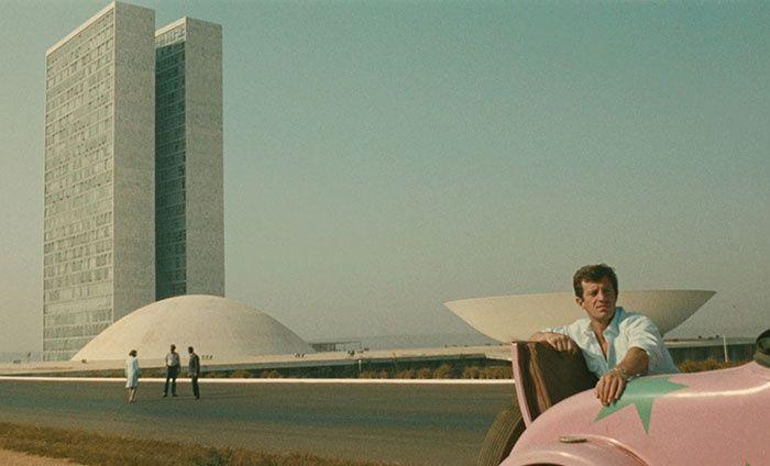 L'Homme de Rio (P. de Broca, 1964)  Pour les fans d'Oscar Niemeyer et Lucio Costa qui se demanderaient ce qu'il y avait au fin fond du Brésil avant Brasilia, on recommande vivement la course-poursuite de Jean-Paul Belmondo à travers la ville encore en chantier. Tout autour, le désert. Seules quelques barres d'immeubles et les immenses formes blanches du maître brésilien se démarquent… En plus de Belmondo en smoking, pédalant sa bicyclette à toute allure.