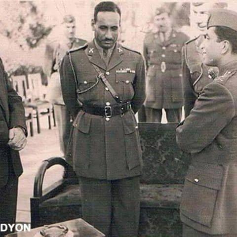 الملك فيصل الثاني وأمامه عبد السلام عارف