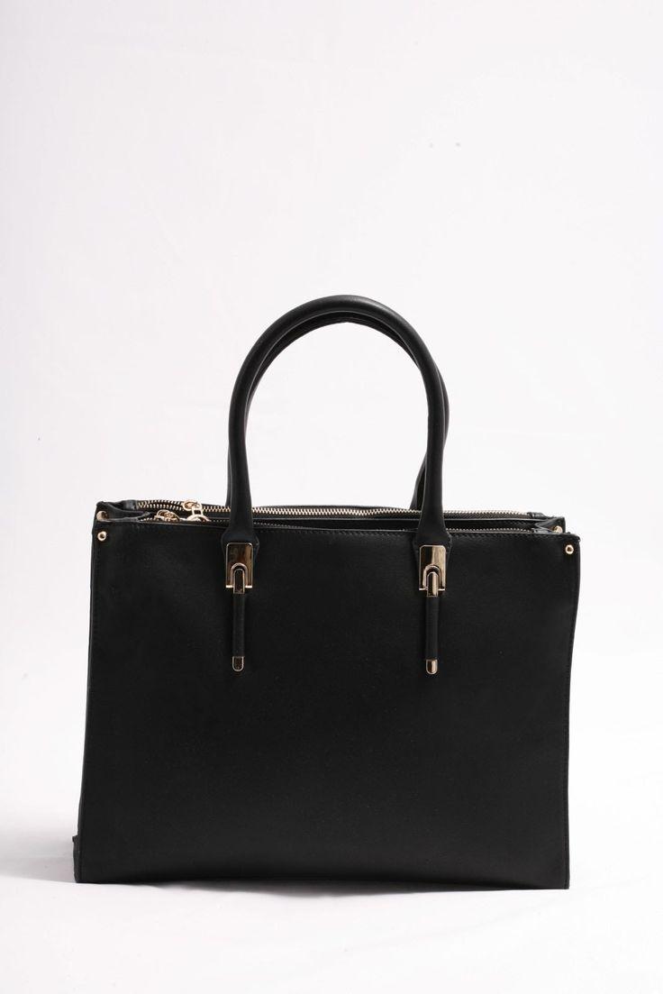Τσάντα μαύρη χειρός και ώμου σε κλασικό σχήμα και σχέδιο.  Πολύ κομψή με χρυσές λεπτομέρειες.  Διαθέτει 3 μεγάλους χώρους που ανοίγουν από πάνω ξεχωριστά με φερμουάρ. Τιμή 36,00€