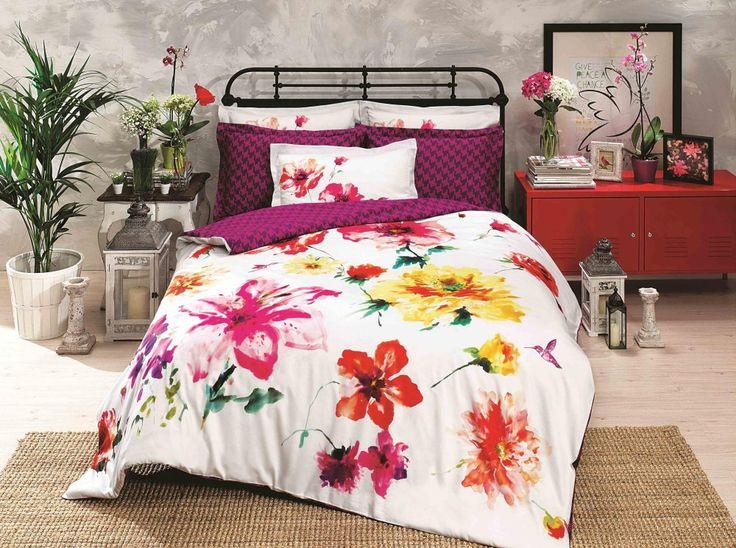 Oboustranné povlečení má z jedné strany vzorovaný purpurový potisk a z druhé rozpité květiny jakoby malované vodovkami. Ložní prádlo z nové kolekce značky Halley Home je vyrobeno z bavlny vysoké kvality v luxusní úpravě renforcé.