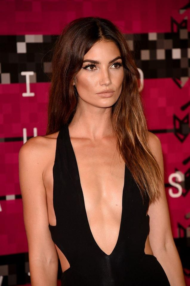 Lily Aldridge opted for laid-back, tousled lengths with a hint of soft bend at the VMAs
