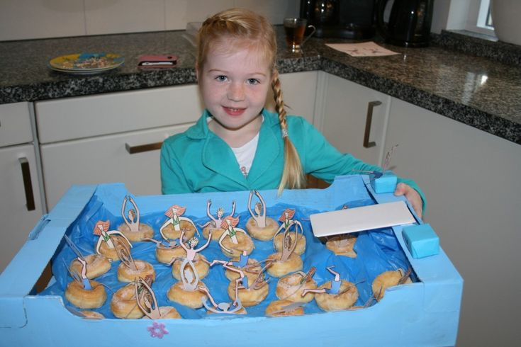 Blij trakteren op zwembanden van mini donuts van Geny trakteert