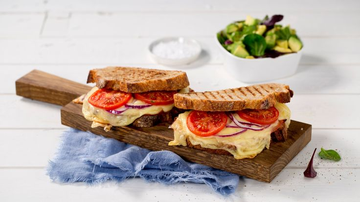 Oppskrift på Grillet Jarlsberg-smørbrød med avokadosalat