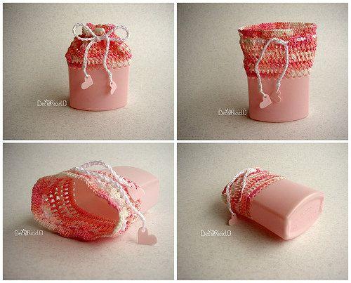decoriciclo: sacchettino semi-rigido rosa, fatto con il fondo di un flacone di shampoo e cotone lavorato all'uncinetto