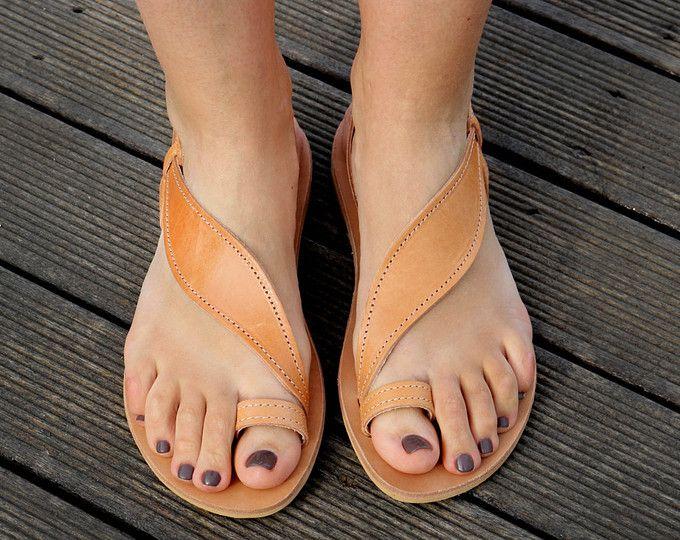 Handgefertigte Leder-Sandale für Damen, dunkle braune Farbe  Sie wurden aus gewachstem dunklen braunen Rindsleder, die ihnen zusätzliche Haltbarkeit verleiht. Sie haben auch Gummisohle.  Top-Qualität Sandalen!  GRÖßEN  Größen ab 35 Euro (weibliche US 5) bis EUR 42 (weibliche US 11)  Um sicherzugehen, dass Sie haben die richtige Größe, tun Sie bitte Folgendes: Stellen Sie auf ein weißes Stück Papier, eine Skizze des Fußes. Messen Sie von der Ferse zur großen Zehe diagonal in Zentimetern, und…