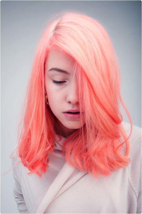 Coloration rose-oranger fluo ! <3 À porter avec des habits de couleurs sobres... (ex : blanc, gris ou noir etc...) pour faire ressortir la coloration ! <3