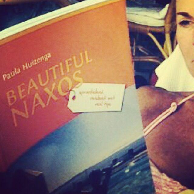 Krijg nog steeds foto's van mensen die boek lezen. Erg leuk #Beautiful #Naxos Heerlijk vakantie boek