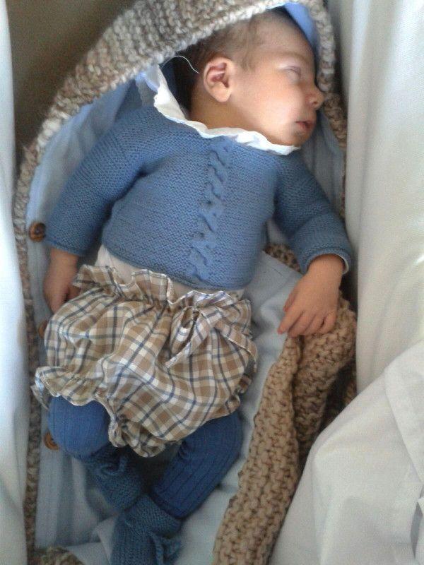 Bebé con Jersey con ocho y patucos de recién nacido de A CoSer y Punto hecho a mano #handmade