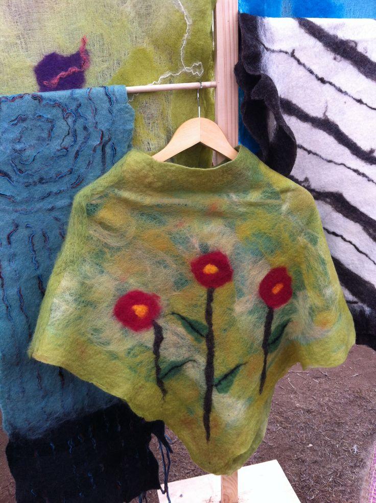 Poncho verde con flores rojas