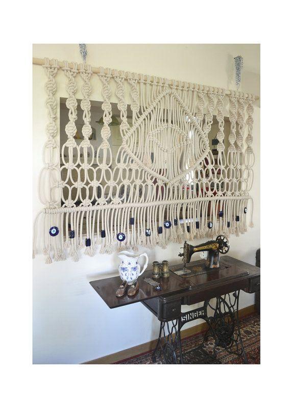 Diese Makramee ist ein Unikat und wird in Handarbeit mit dicken natürlichen Baumwoll Seil. Es verfügt über eine Evileye in der Mitte und hat schöne blaue Glasaugen böse und Perlen an der Unterseite. Als Wandbehang, ein Bett Kopf- oder Raumteiler einsetzbar. Es wird Ihren Raum, abhängig von Ihrer Einrichtung ein Bohemien, sondern auch eine minimalistische und moderne Note verleihen! Es hängt an einem Holzstab in Holz Naturfarben.   Bitte beachten Sie: die bestimmte Artikel verkauft wurde…