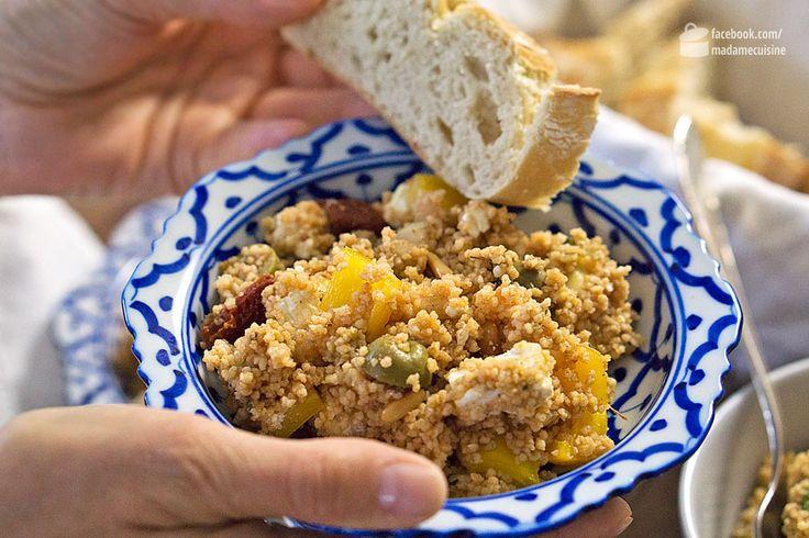 Ein Traum: Wasser zum Kochen bringen, Couscous 10 Minuten quellen lassen, fertig. So einfach wird Couscous zubereitet. Natürlich hat man dann noch keine fertige Mahlzeit, aberauch das ist nicht schwer. So wie mit diesem Arabischen Couscous-Salat: Die Liste der Zutaten ist überschaubar, die Kombination aber raffiniert - Avocado, Pinienkerne, Rosinen, getrocknete Tomaten, Oliven... ergibt zusammen