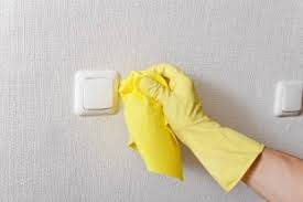 De meeste muurverven kunnen over behang aangebracht worden. Bij erg oud behang moet u oppassen dat de lijmlaag niet oplost en er blaarvorming ontstaat. Bij twijfel kunt u altijd eerst een primer aanbrengen.