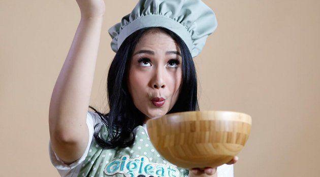 Beritaragam.com -Nagita Slavina akhirnya membuka toko kue yang dirintisnya. Sesaat sebelum dirilis pada Sabtu (3/6), puluhan calon pembeli yang merasa penasaran tampak berjubel di halaman toko.   #Ayu-Ting-Ting #Banjir-Pembeli #Beritaragam #Nagita #Nyelekit #resmi #sbcagent #sbcclub #sbcgrup #sbcbet #sbcindo  #sbctoto #sbcpoker #sepakbola #indonesia  #nicesbc #sbcku  #motogp #beritabola #likeforlike #Sbcplay #GrebekSkor #QuizTime #PrediksiTogel #sgp #hk #sgmetro #sydney #