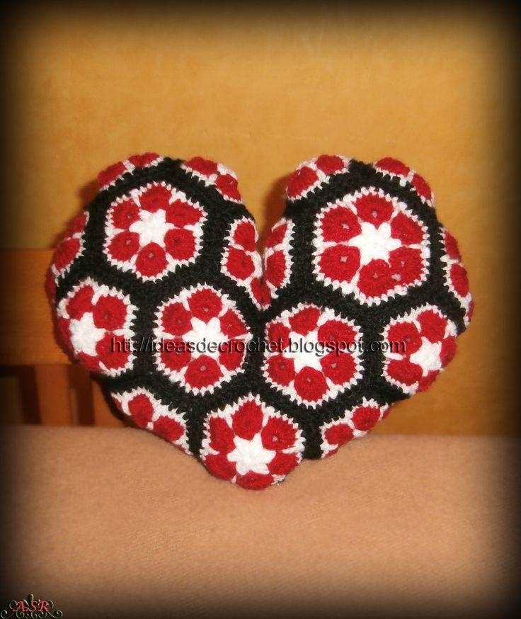 Cojín en forma de corazón con motivos de flores africanas
