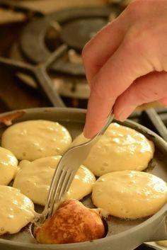 Der er sikkert lige så mange opskrifter på æbleskiver, som der er bedstemødre i dette land. Plus det løse. Og lige så mange idéer om, hvordan de små kager skal være. Her i caféen skal de være søde,...