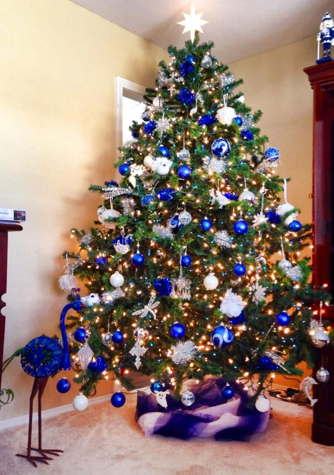 Farrah's blue white and silver Christmas tree...so pretty. May have to try this, but would add silver bead garland...