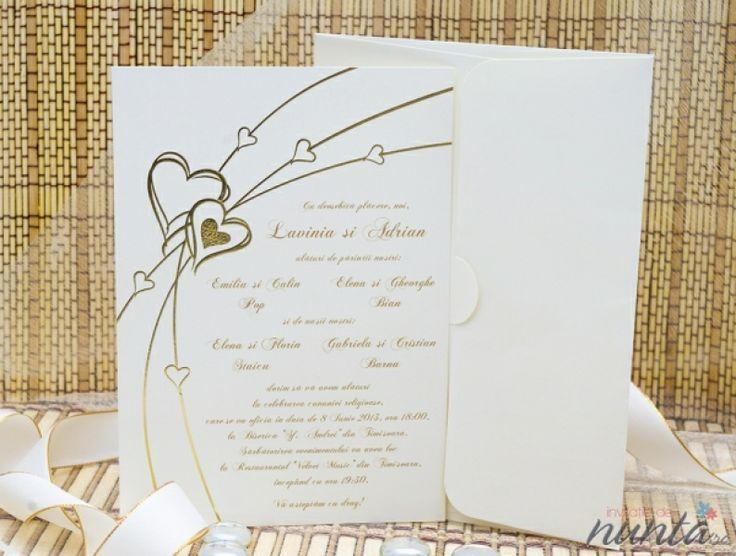 Invitatie de nunta romantica, de culoare crem cu model de inimioare aurii.