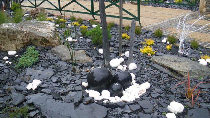 Fontaine en boule avec paillis en ardoise