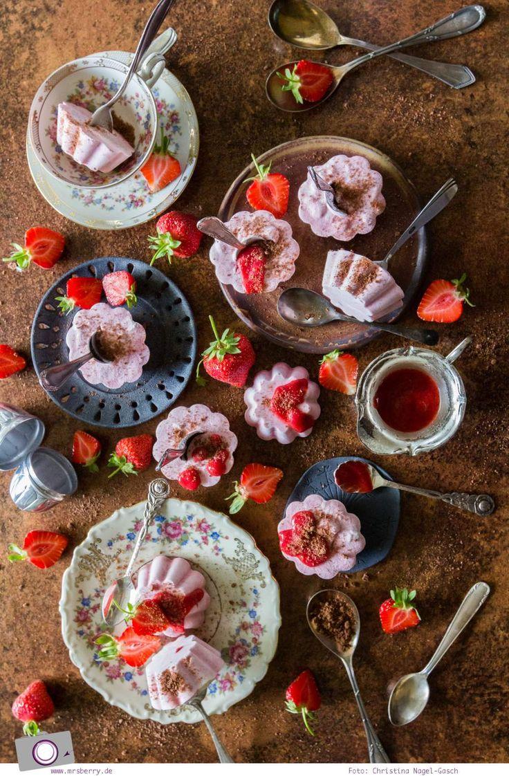 Erdbeereis selber machen ohne Eismaschine | Rezept für selbstgemachtes Eis am Stiel aus Joghurt, Sahne und Erdbeeren.
