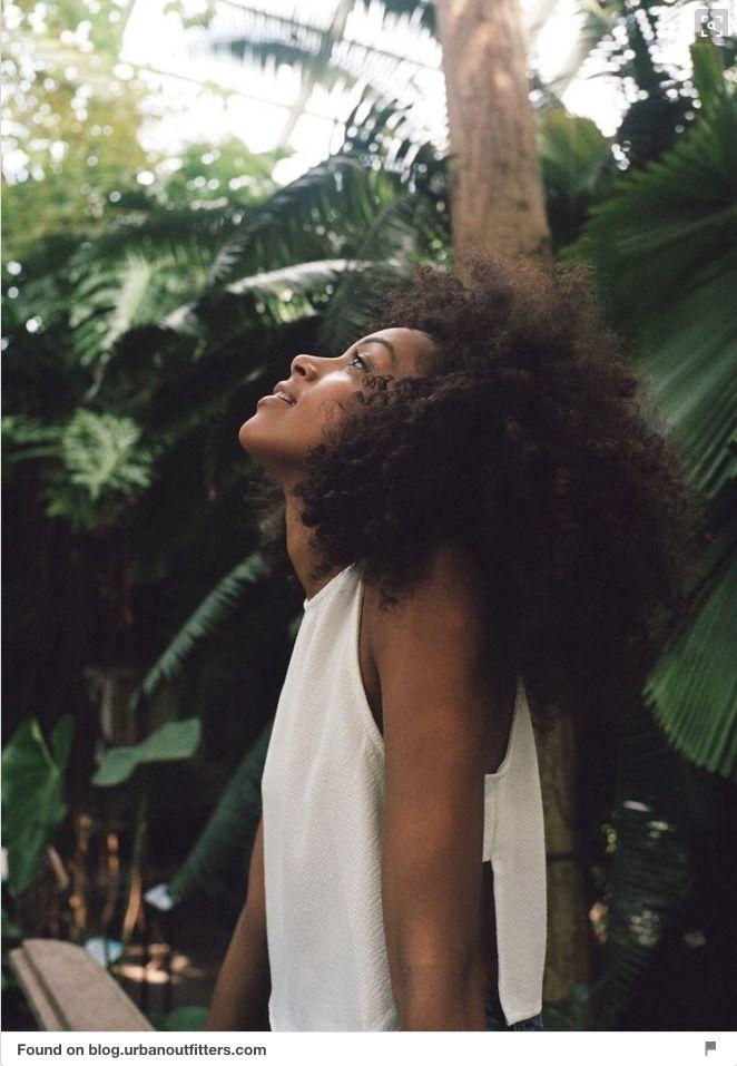 Co będzie modne w 2016 według Pinteresta? Naturalne włosy - nie wstydź się swojej kręconej, falującej, czy prostej fryzury. fot. screen pinterest