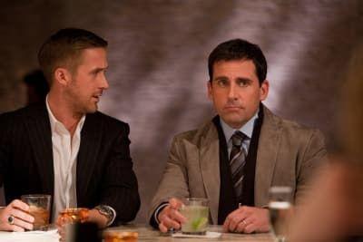 """Casais em diferentes fases da vida lidam com encontros e separações, mas o filme trata tudo com ironia. Bônus pela reação da Emma Stone quando vê o Ryan Gosling pelado (""""Meu Deus, você parece feito no Photoshop!""""). Veja aqui."""