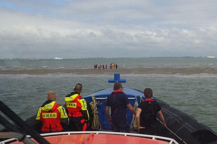 KNRM reddingboot Zeemanshoop is zondagmiddag uitgevaren voor een melding dat zwemmers in de problemen waren. De zwemmers zijn van een zandplaat gehaald en naar Breskens gebracht.