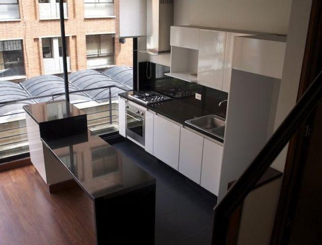 Este apartamento de 65 mts, duplex, tiene 1 habitación, con closet, y armario auxiliar, 2 baños, cocina abierta, cortinas eléctricas, balcón, puerta de seguridad, 1 deposito, 2 parqueaderos, el edificio cuenta con planta eléctrica, caldera de agua caliente, zonas de bbq, Mas información y fotos en: http://www.clasinmuebles.com/properties/bogota/apartamento-de-1-habitacion-duplex-636.html