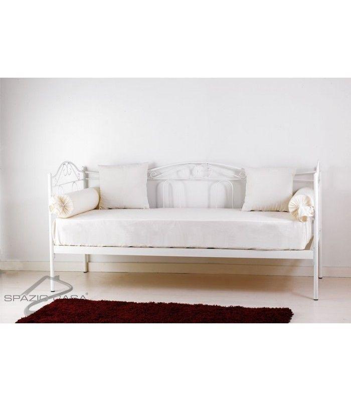 Divano letto in ferro battuto lavorato e decorato nei minimi dettagli, fornito comprensivo di struttura e rete ortopedica in legno di faggio a doghe (12 doghe). #divanoletto #ferro battuto