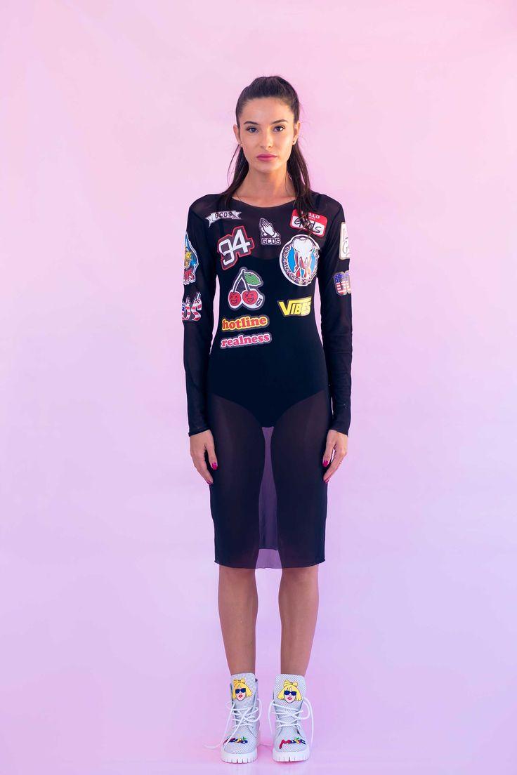 Rochia de dama Mineli Mesh Labels din plasa imprimată cu etichete cool și body detașabil este o alternativă potrivită pentru o ținută originală. Poate fi purtată și la plajă, peste costumul de baie.