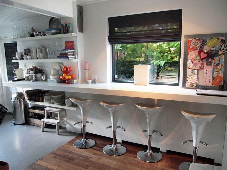 Puurbinnen. Ontwerp keuken.  Dankzij een lange plank met krukken aan een keukenwand, een heel effectieve ontbijthoek en laptop plek.   Links extra planken als open stellingkast en om leuk te stylen
