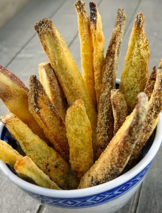 Cantinho Vegetariano: Batata Doce Crocante (vegana) 2 batatas doces grandes, cortadas em palitos 1/4 de xícara de farinha de milho 2 colheres (chá) de azeite de oliva 1 colher (sopa) de alho em pó 1 colher (sopa) de cebola em pó Sal a gosto