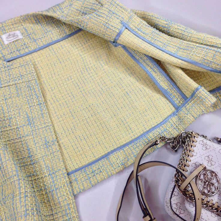 #jacket Облегченный жакет в стиле Шанель, внутренняя отделка швов, съемная брошь ручной работы.  Выполнен из итальянского твида.  Цвет меланж желтый, меланж голубой.  Длина 43 см, рукав 7/8.  Размер 40-46.  Стоимость 3800 рублей, брошь в подарок.  В наличии меланж желтый, размер 40.  Под заказ размеры 40-46.  Дополнение образа: сумка GUESS