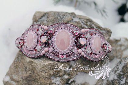 Купить или заказать Вышитая заколка с розовым кварцем и кристаллами в интернет-магазине на Ярмарке Мастеров. Продана Вышитая заколка на резинке, используется для украшения прически в виде пучка и всех его разновидностей. В работе розовый кварц, кристаллы Swarovski оттенка Rose Water Opal и Rose, хрустальный жемчуг Swarovski необыкновенно нежного оттенка Pastel Rose, японский бисер, пайетки, канитель. С изнанки натуральная замша. На обороте установлены крепления, с помощью которых крепится…