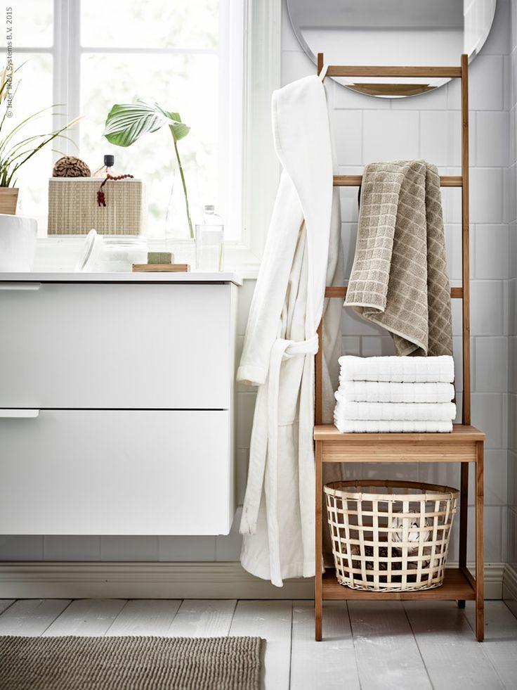 RÅGRUND stol med handdukshängare, flätade rottingkorgar GADDIS och mjuka ÅFJÄRDEN handdukar i 100% bomull skapar en fridfull oas där vi gärna stannar en längre stund.