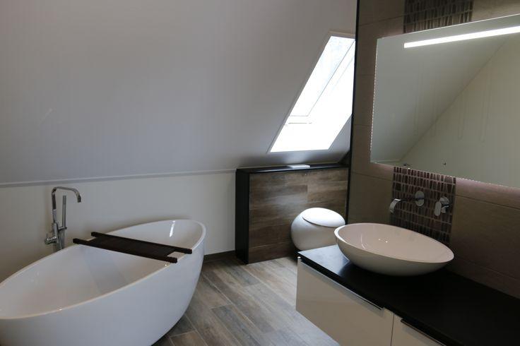 Resultaat badkamer Groesbeek. Mooi houtlook tegel, vrijstaand bad van Luca met bijpassende waskom van Luca op meubel van Primabad en kranen van Hotbath. Voor meer info www.welbie.nl